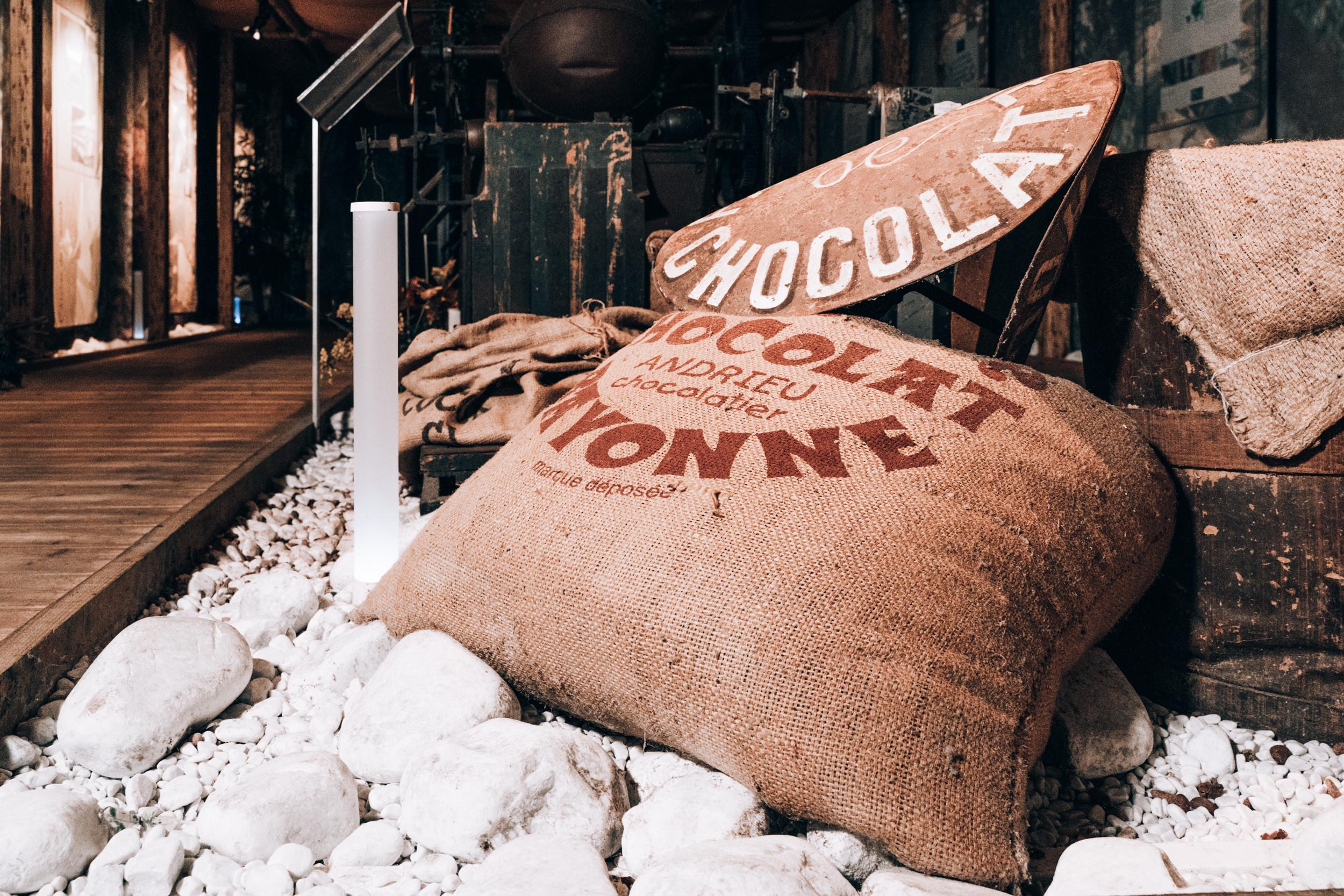 Sac traditionnel de jute rempli de fèves de cacao