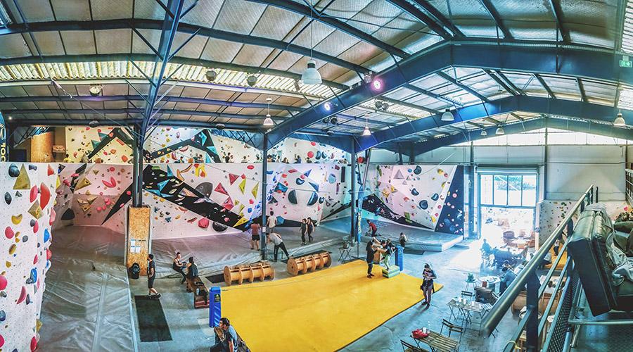 Grande salle d'escalade de 600m2 avec murs et blocs