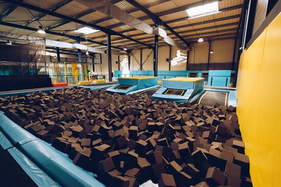 Salle de trampoline avec cuve remplie de bloc de mousse
